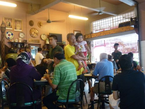 Crowds at Hai Peng Kopitiam