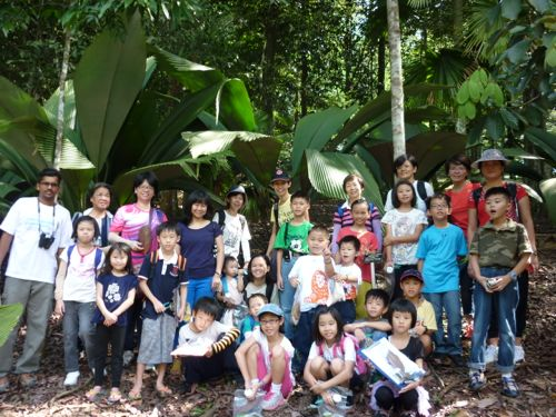 Rimba Ilmu - group photo with daun payung